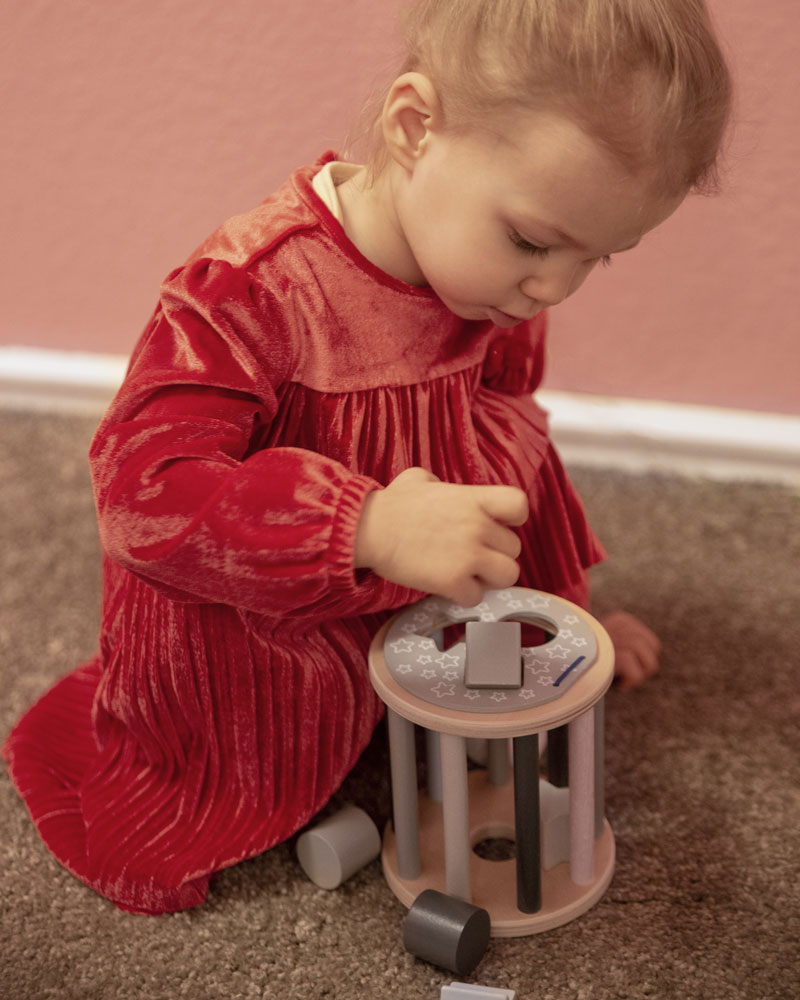 Child with bellybutton star roller wooden toy by Selecta
